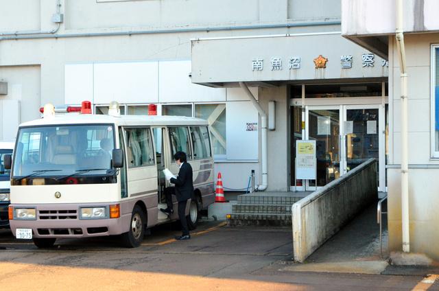 新潟県警南魚沼署は来署者の立ち入りを禁止し、署の入り口前や、入り口脇のマイクロバス内で応対していた=12日、同県南魚沼市六日町