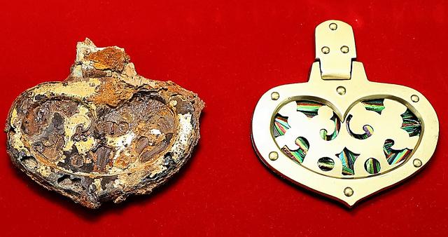 船原古墳から出土した玉虫が装飾された馬具(左)。右は復元模型=13日、金子淳撮影