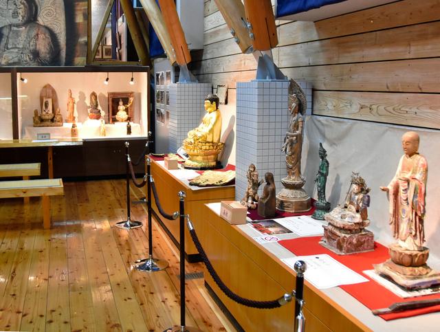被災し、山江村歴史民俗資料館に避難してきた神仏像=2020年10月24日、熊本県山江村、今井邦彦撮影
