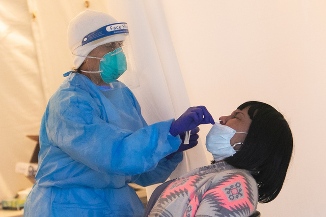 医療施設の外に設けられたテントで新型コロナウイルスの検査を受ける女性=12日、ワシントン、ランハム裕子撮影