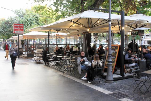 喫茶店の店内営業が午後6時までとなり、人出が減ったローマ中心部の商店街。11月6日からは全土で午後10時以降の外出が禁じられる=10月27日、河原田慎一撮影
