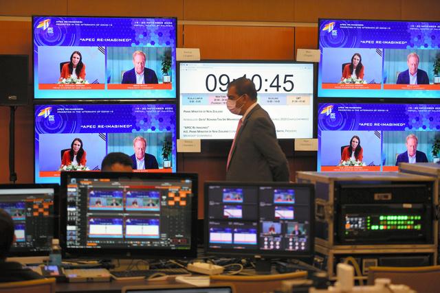 APEC首脳会議に先立って20日に開かれた関連会合には、ニュージーランドのアーダーン首相(画面左)らが参加した=ロイター
