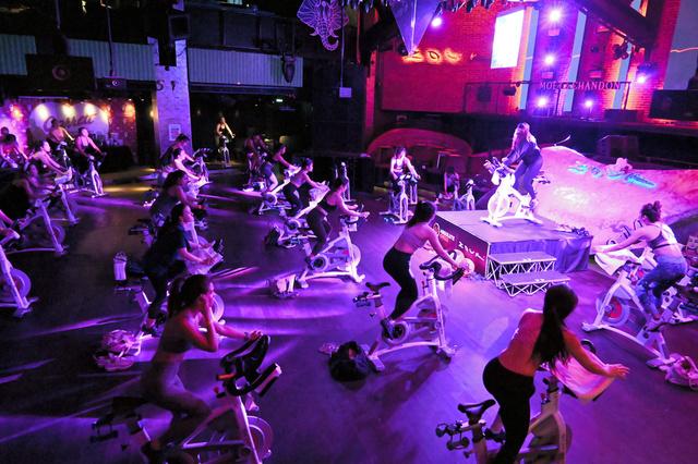 シンガポール中心部のクラブ「Zouk(ズーク)」。クラブの営業禁止が続く中、昼間は自転車マシンを並べたジムとして営業していた=10月27日、西村宏治撮影