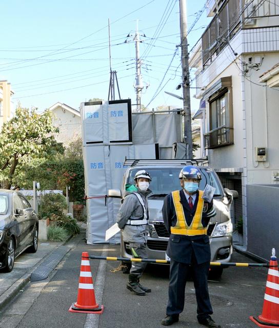 地中に新たな空洞が見つかった付近で、工事関係者が頻繁に行き来した=2020年11月22日午前11時19分、東京都調布市東つつじケ丘2丁目、平山亜理撮影