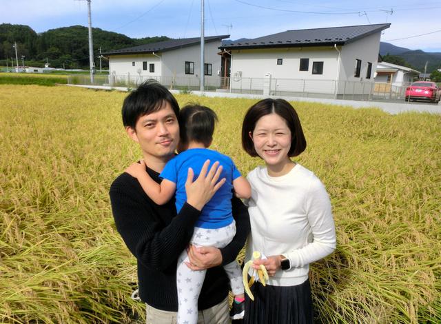 東京都内から移住した山本祐司さん(左)と妻の未央さん(右)、2歳の長男=2020年10月6日、群馬県桐生市、上田学撮影
