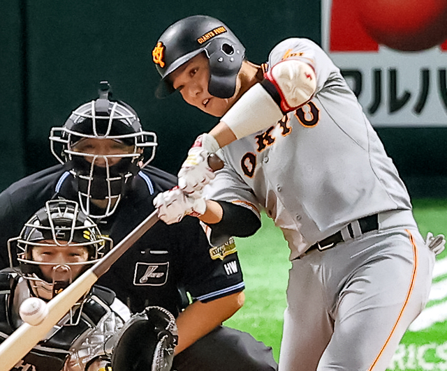 一回表巨人無死二塁、坂本は先制の適時二塁打を放つ。捕手甲斐=金子淳撮影