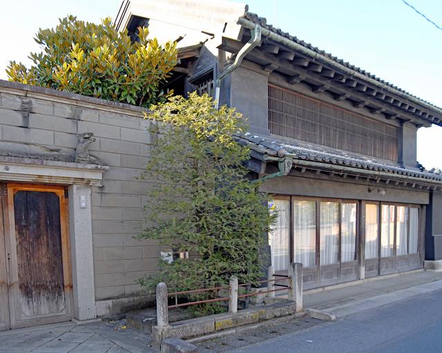 太田家住宅の見世蔵と、それに続く石塀=2020年11月21日午後2時24分、栃木県佐野市、根岸敦生撮影