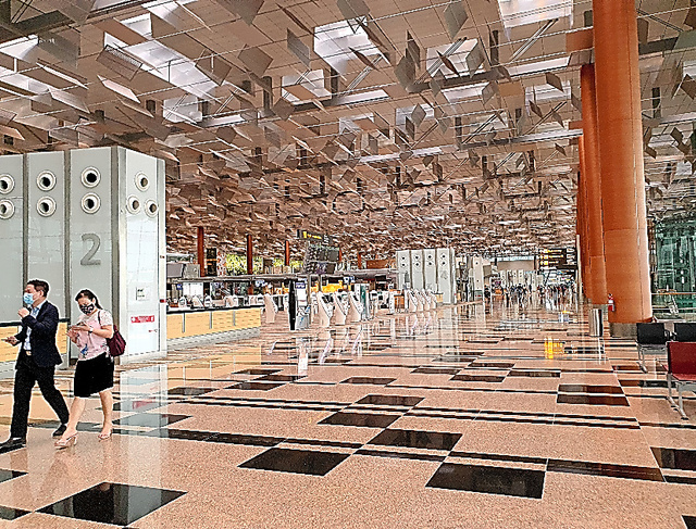 世界有数のハブ空港だったシンガポールのチャンギ空港。閑散とした状態が続いている=10月、西村宏治撮影