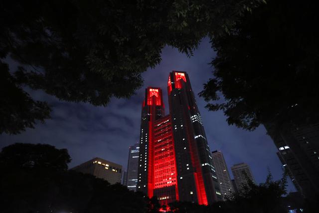 「東京アラート」の発動を受けて警戒を呼びかける赤色にライトアップされた東京都庁=2020年6月2日午後11時33分、東京都新宿区、長島一浩撮影