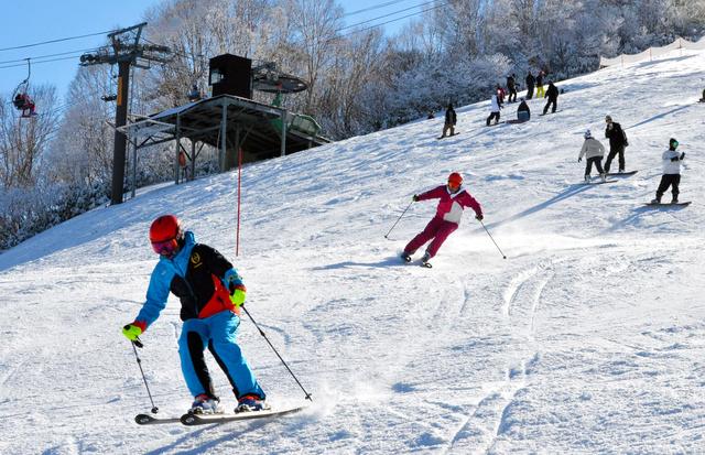 かぐらスキー場がオープン。新潟のスキーシーズンが始まった=2日、新潟県湯沢町