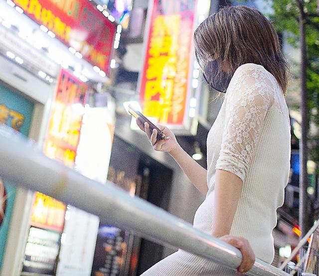 「悲しいとか、つらいとかという感情は失っていた」と語る女性。虐待から逃れるために家を出て、SNSで見つけた男の家を泊まり歩いていた=東京都新宿区、川村直子撮影