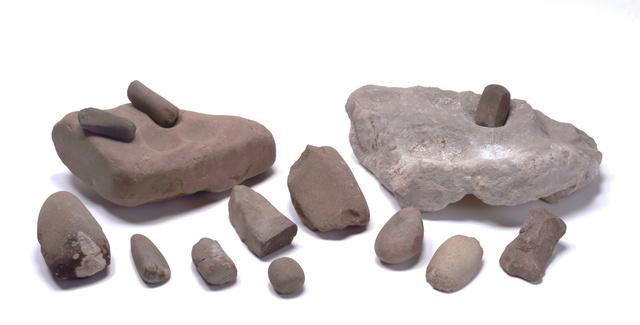 辰砂加工に使われた若杉山辰砂採掘遺跡出土の道具類=徳島県阿南市提供