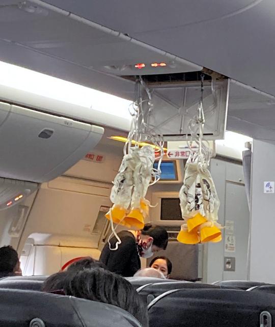 那覇空港離陸直後にトラブルが発生したJAL機内の様子。乗客の男性が撮影した=2020年12月4日