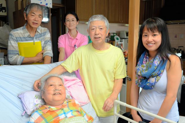 佐藤由美子さん(右端)の音楽療法を受けた後、笑顔を見せる大沼成彬さん、美智子さん夫妻(中央)=横須賀市グリーンハイツ、山本和生撮影