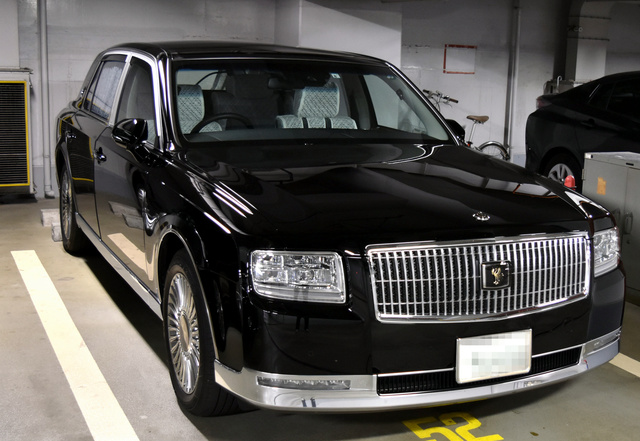 兵庫県議会の議長車。同県知事の公用車と同型のセンチュリーだ=2020年10月8日、神戸市中央区の兵庫県庁、滝坪潤一撮影(ナンバーにモザイクをかけています)