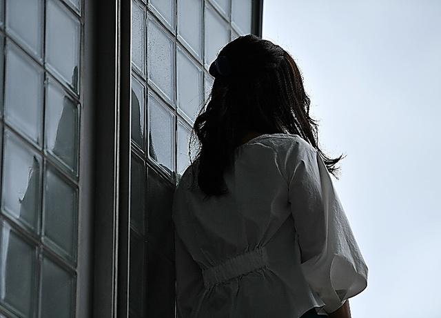 「援助交際」を強要された日々は地獄だった。女性は言う。「飛び降り以外のほぼすべての自殺未遂も経験した。それでも私は生きている」=井手さゆり撮影