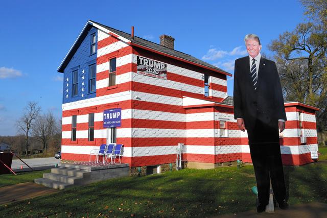 トランプ氏の熱心な支持者が装飾した通称「トランプハウス」。選挙前は全米からトランプ支持者が訪れていたという。トランプ氏の巨大看板が今も残っていた=13日、ペンシルベニア州ウェストモアランド郡ラトローブ、金成隆一撮影
