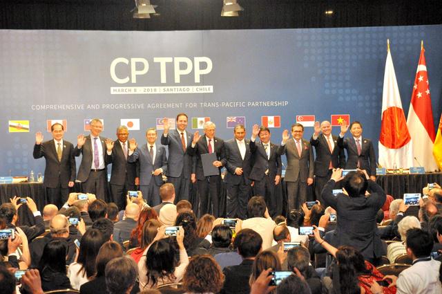 TPP11の署名を終え、並んで手を振る閣僚ら=2018年3月、チリ・サンティアゴ、伊藤舞虹撮影
