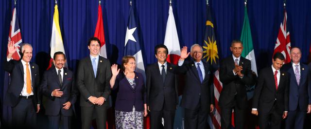 環太平洋経済連携協定(TPP)の参加12カ国による首脳会合の冒頭、記念写真におさまる(左から)オーストラリアのターンブル首相、ブルネイのボルキア国王、カナダのトルドー首相、チリのバチェレ大統領、日本の安倍首相、マレーシアのナジブ首相、米国のオバマ大統領、メキシコのペニャニエト大統領、ニュージーランドのキー首相(肩書はすべて当時)=2015年11月、マニラ、飯塚晋一撮影