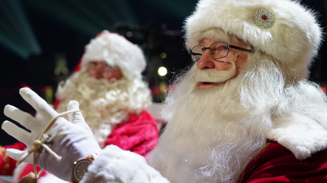 13日、オンラインで開かれた「世界サンタ会議」に、エストニアの首都タリンから参加したサンタ=ロイター