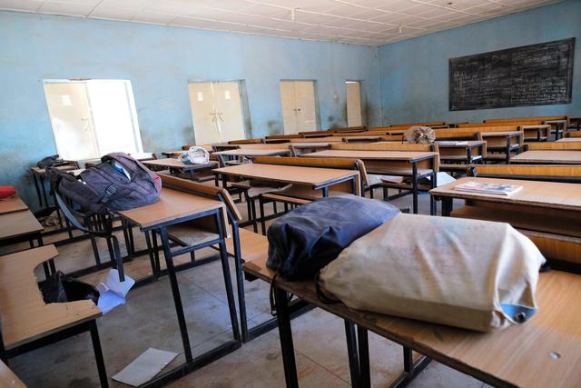 2020年12月15日、武装集団が生徒を連れ去ったナイジェリア北部カンカラの中学校の教室。生徒のかばんが残されていた=AFP時事