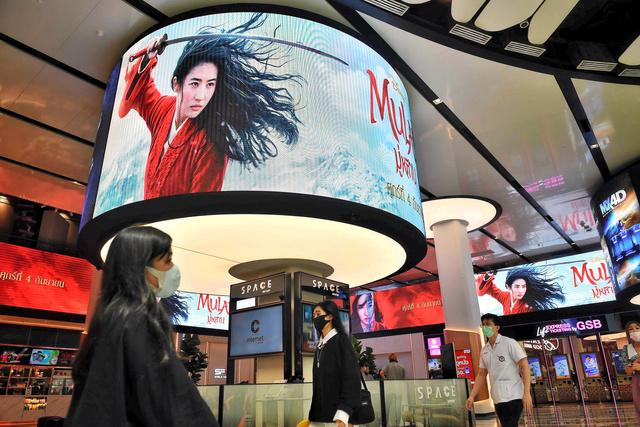 バンコクで8日、ショッピングモールの画面に映し出されたディズニー映画「ムーラン」の広告=AFP時事