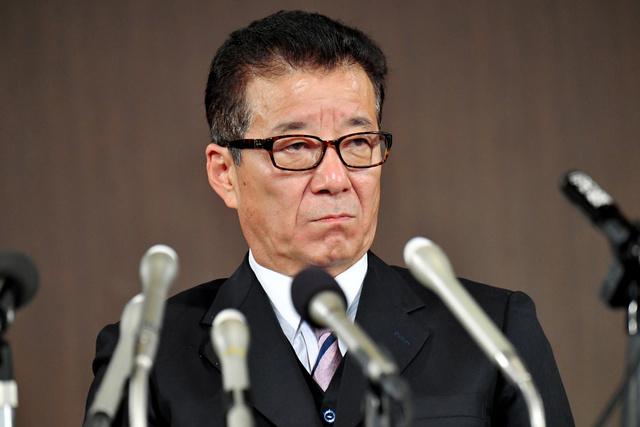 会見する大阪維新の会の松井一郎代表=2020年11月1日午後11時49分、大阪市北区、井手さゆり撮影