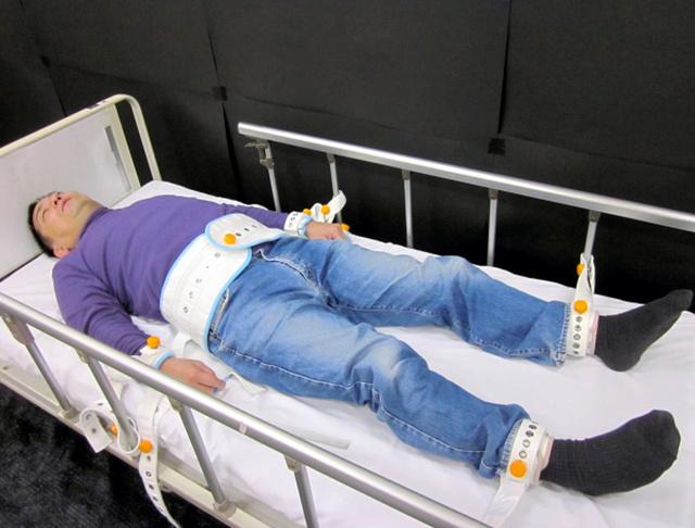 拘束具で固定された状態を、研究のために自ら体験した長谷川利夫教授=「精神科医療の隔離・身体拘束」(日本評論社 長谷川利夫著)から