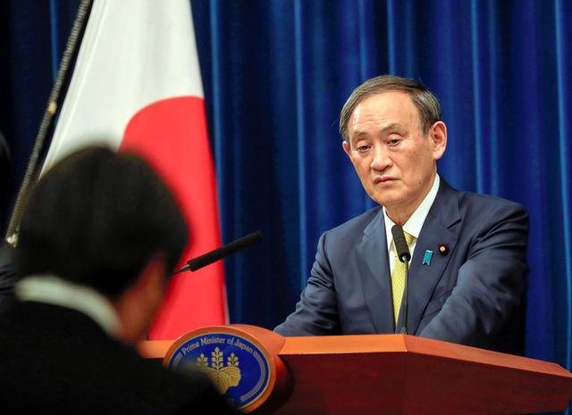12月4日、記者会見に臨む菅義偉首相=ロイター