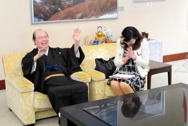 「1、2、3、チャラーン」を披露する林家こん平さん(左)=2016年5月、新潟県庁
