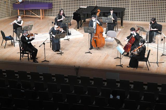 間隔を空け、マスク姿で演奏する京都フィルハーモニー室内合奏団=6月、京都市左京区