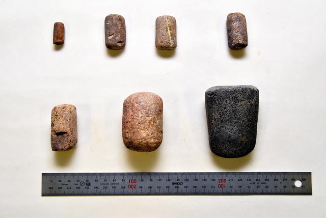 須玖遺跡群で出土した権(重り)。11グラムを基準に、上段は左端が1倍(一部欠損)、右の三つが3倍、下段は左から6倍、20倍、30倍の重さとみられる=2020年12月22日、福岡県春日市、今井邦彦撮影