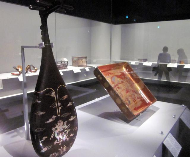 工芸品に施された螺鈿や蒔絵の輝きも鮮やかだ=京都国立博物館