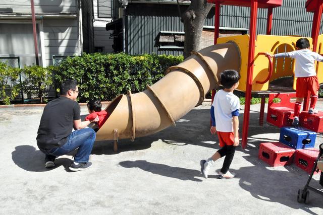 休日に子どもと遊ぶ父親(記事本文に登場する人物とは無関係です)