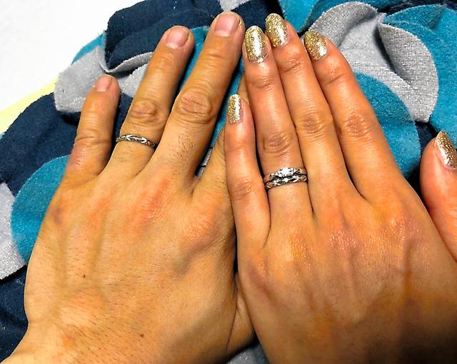 結婚指輪をはめた男女(記事本文に登場する人物とは無関係です)