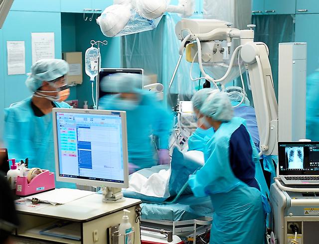 救急患者の周りで、看護師らが目まぐるしく処置にあたった=2020年12月30日午後5時46分、東京都三鷹市の杏林大病院、加藤諒撮影