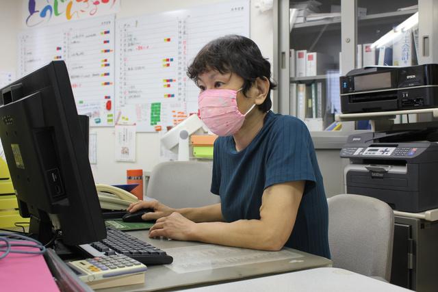 患者らの団体「東京腎臓病協議会」で働く三好かおりさん=東京都豊島区