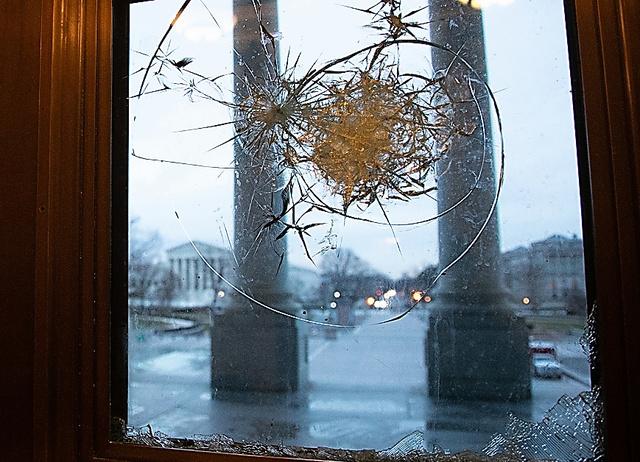 トランプ大統領の支持者たちの乱入事件により割られた、ワシントンの連邦議会議事堂入り口の窓