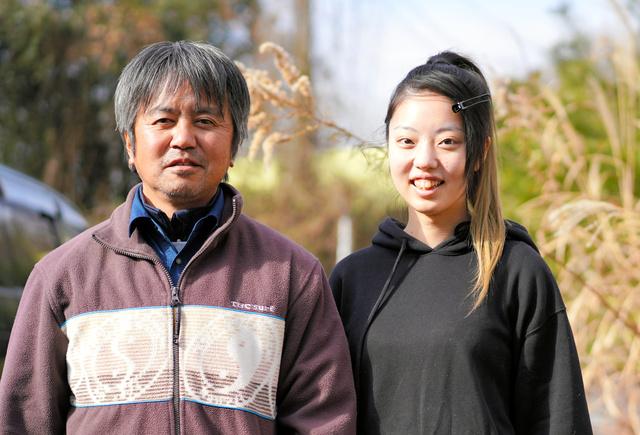 成人の報告をするため、帰還困難区域の中にある自宅を訪れた木村舞雪さん(右)と父の紀夫さん=2021年1月6日、福島県大熊町、三浦英之撮影