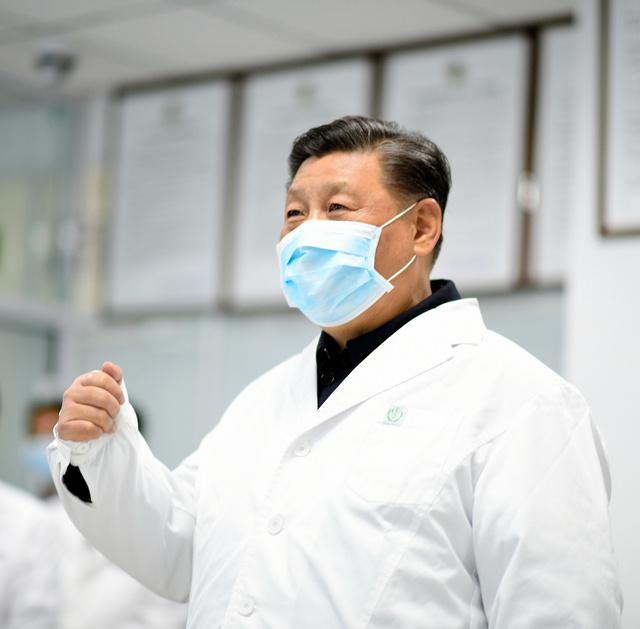 2020年2月10日、北京地壇病院のモニタリングセンターで、スクリーン越しに医療スタッフをねぎらう習近平国家主席=新華社