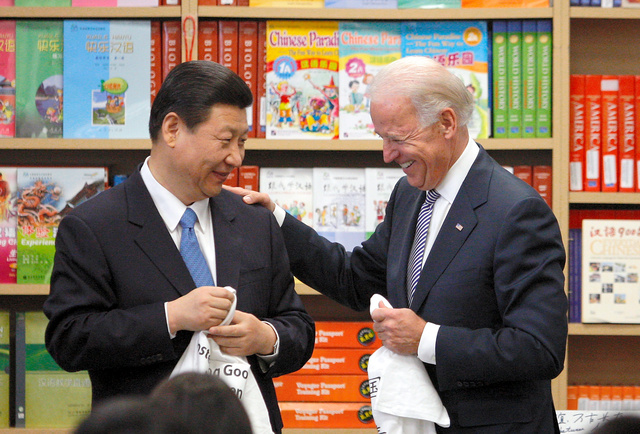 2012年2月、米ロサンゼルスの国際学習センターを訪問した習近平国家副主席(左)とバイデン副大統領=ロイター