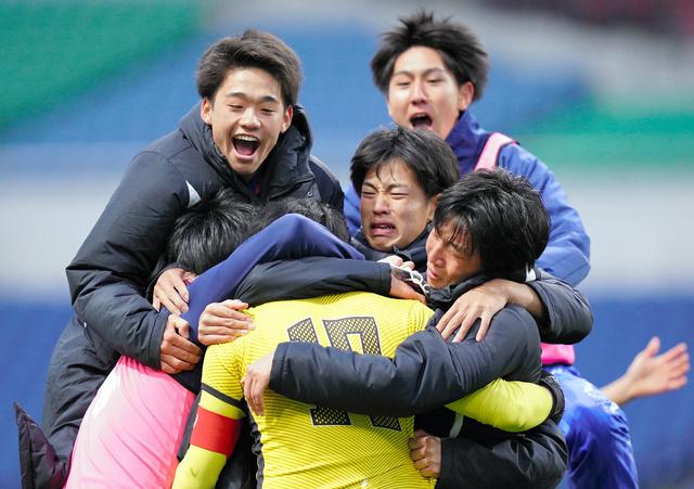 PK戦を制して優勝を決め、GK熊倉(手前)と喜び合う山梨学院の選手たち。高校選手権は毎回、いろいろなものを語りかける=加藤諒撮影