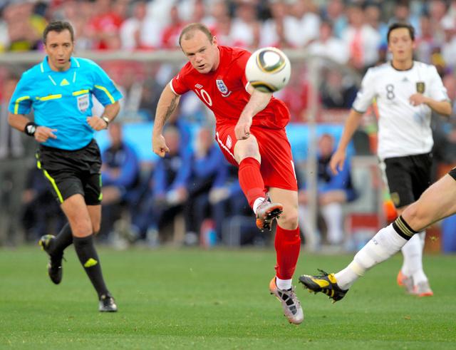 2010年W杯南アフリカ大会、ドイツ戦でシュートを打つルーニー(中央)