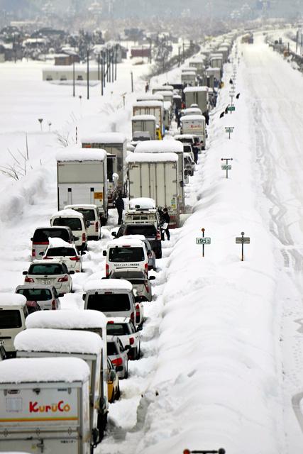 関越自動車道上り線には、多くの車が雪に埋もれた状態で止まっていた=2020年12月18日午前9時44分、新潟県南魚沼市、福留庸友撮影