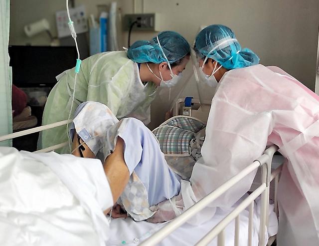 北海道内の施設に派遣された看護師の宮田さん(左)。「偏見をなくし、働きやすい雰囲気をつくって」と話す=ジャパンハート提供