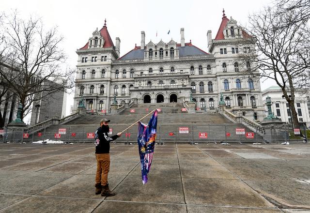 米ニューヨーク州オルバニーの州議会議事堂前で20日、バイデン氏の大統領就任に抗議する男性=AP