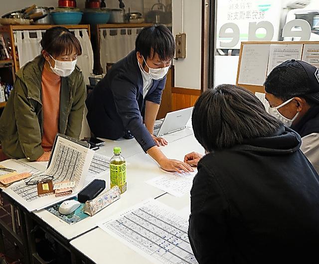 事業の責任者は誰にするか。シフトはどう組むのか。働く人が話し合って決めるのが「協同労働」の理念だ=千葉県習志野市にあるワーカーズコープちばの事業所