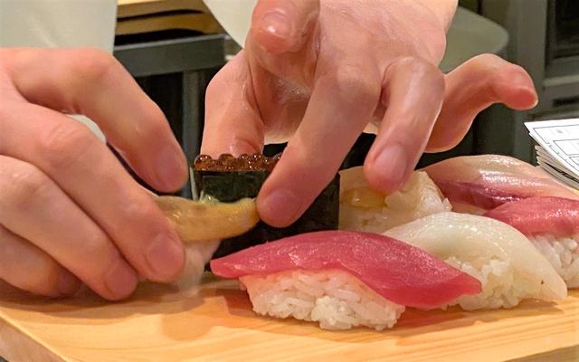アルバイト先ですしを握る職人の男性=東京都内、藤えりか撮影
