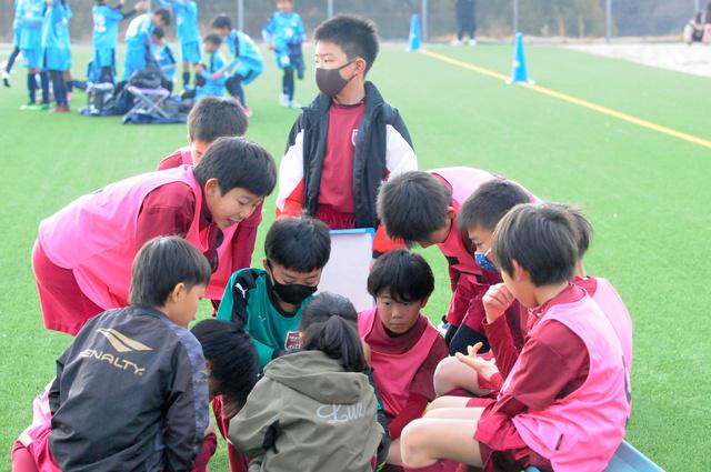 ハーフタイムに話し合う碧南FCの選手たち。コーチの姿はない