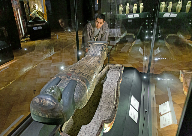 「タイレトカプという名の女性の人型棺・内棺」(前746~前525年ごろ)に見入る